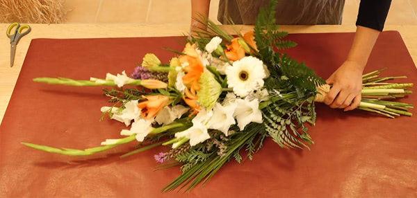 Curso basico florista. Cómo envolver un ramo de flores