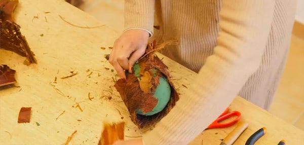 Curso formación floral. Creación de bolas decorativas con materiales hojas de palmera