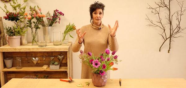 arreglo floral en recipiente bajo sin esponja usando la tela de gallinero. Curso online de florista Celine Boroli