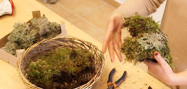 Decoración de eventos. Cojín de musgo con tela de gallinero. Curso online de florista Celine Boroli