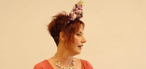 Tocado con flores preservadas. Curso online de florista con flores preservadas